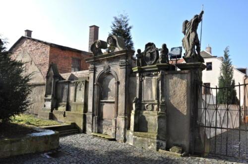 hřbitovní zeď sousedící se stavbou